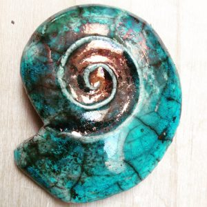 en turkos keramiksnäcka i rakumönster
