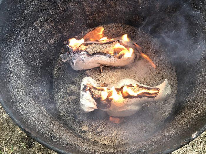 Här bränns raku.Fåglarna ska få rakumönster