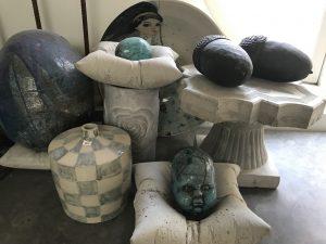 olika keramik produkter ligger fint uppradade