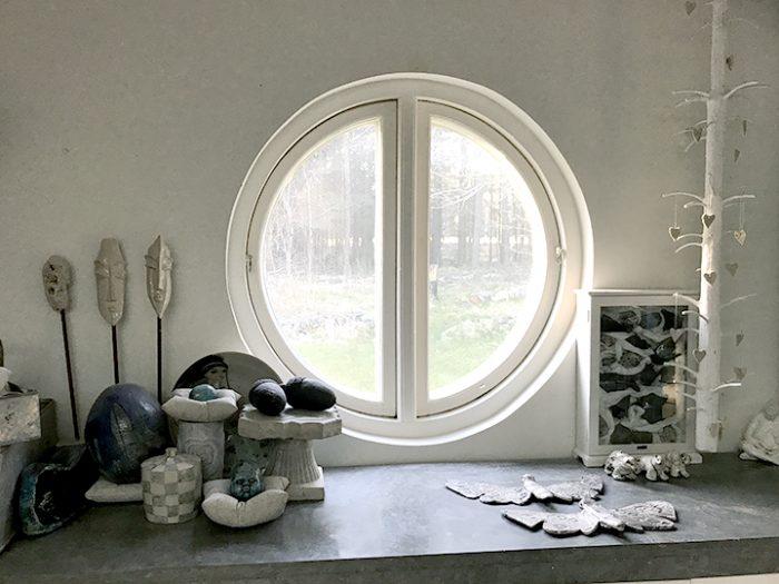 Det runda fönstret finns i mpå arts ateljé