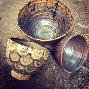tre bruna keramik skålar i olika storlekar och mönster
