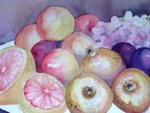 en akvarell målning av ett fruktfat fullt med frukt såsom, vindruvor, plommon, apelsin, granatäpple