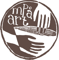 mpå arts logga där två händer skapar och håller om en keramikskål. Loggan är brun och genomskillnig