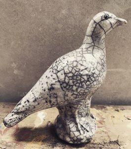 en stående fågel som har ett rakumönster. Den är blank, vit och brun.